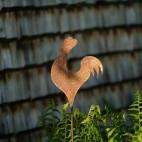 Coq sur tige en metal rouillé